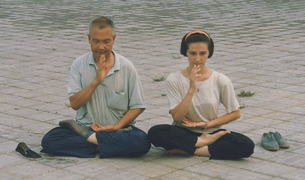 Half lotus position together with Master Yang Yizhong